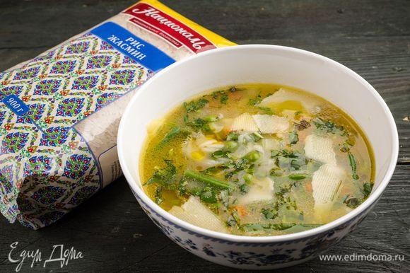 Готовый суп разлить в тарелки, сбрызнуть оставшимся оливковым маслом и посыпать пармезаном и измельченными листьями базилика.