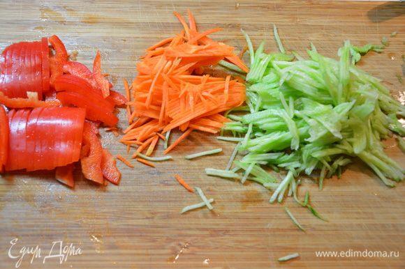 Болгарский перец нарезать соломкой. Берем половину длинного огурца и половину моркови и также режем соломкой. Можно натереть на терке.