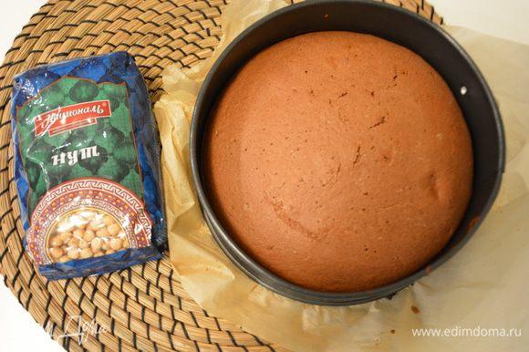 Выпекать при 180°С 35–45 минут. Нутовый бисквит печется дольше обычного. Готовый бисквит должен быть упругим и не оставлять следов при легком нажатии на него.