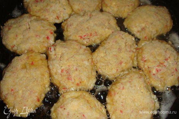 Сковороду нагреть, добавить подсолнечное масло. Обжариваем котлетки минуты 3 с одной стороны.