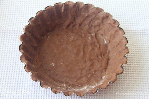 Выложить пласт теста в форму для выпечки, поставить в морозилку на 20-30 минут. За 15 минут до выпечки включить духовку на 180°С.