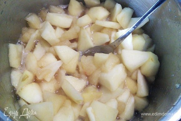 Отмерить яблочный сок. В отдельной миске смешать 4 ст. л. сока от общего количества с крахмалом. В оставшиеся яблоки влить сок, закипятить.