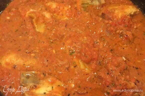 Залить помидорами курицу, перемешать, добавить соль, черный перец и тушить 5 минут.