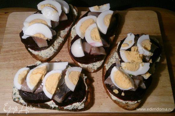 Потом еще сверху отварные яйца.