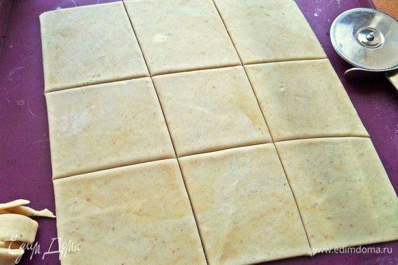 Пласт поделить на квадратики размером примерно 7-8 см, остальное обрезать.