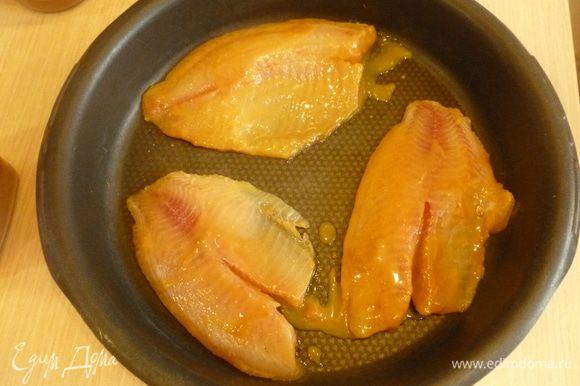 Разогреть гриль до 250°С. Рыбу отряхнуть и выложить в форму для запекания. Поставить на верхний уровень на 10-15 минут. Затем рыбу разрезать на небольшие кусочки.