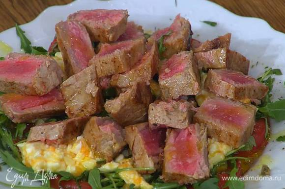 Тунца нарезать ломтиками и выложить на помидоры с зеленью и яйцами, сбрызнуть все оставшимся оливковым маслом Extra Virgin, посолить и поперчить.