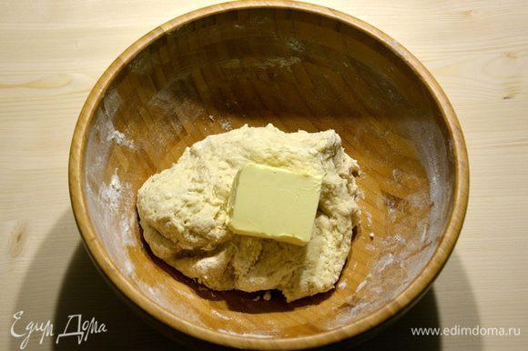 Добавить теплую воду и замесить тесто. Добавить размягченное сливочное масло.