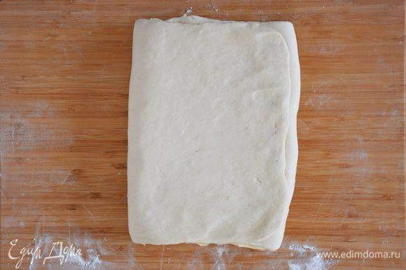 Положить масло на одну половинку теста, закрыть другой. Подровнять тесто с маслом.