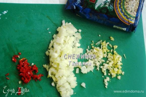 Подготовим репчатый лук, чеснок, свежий имбирь, острый перчик чили. Их надо очистить и мелко порезать.