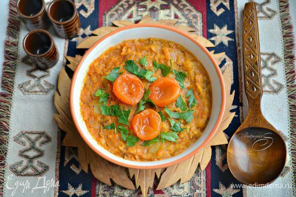 После долгого томления на маленьком огне суп получается очень насыщенным, достаточно однородным. Кусочки картофеля за время готовки провариваются, но форму не теряют, поскольку варятся в кислой среде.
