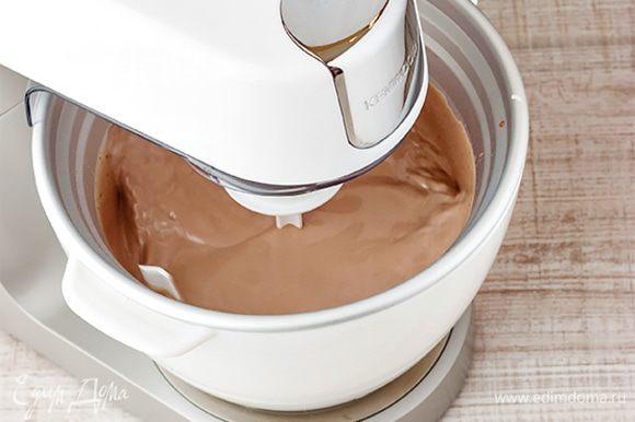 Сливочную массу остудите, затем перелейте в емкость с крышкой и заморозьте. Важно перемешивать мороженое каждые 15 минут, чтобы не было комочков. Но вы можете поручить эту функцию кухонной машине. Насадка мороженица будет замораживать смесь, одновременно помешивая, позволяя получить при этом идеальную консистенцию мороженого. Вам останется только на полчаса поставить готовый десерт в морозилку.