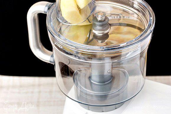 Два яблока очистите от кожицы и семян, измельчите до состояния пюре. Или воспользуйтесь кухонной машиной KENWOOD со специальной насадкой кухонный комбайн, которая в считанные минуты измельчит яблоко до однородной консистенции. Масса получится более нежной и гладкой.