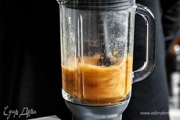 Влейте в кастрюлю с овощами 1 литр горячей воды, доведите суп до кипения. Превратите суп в однородное пюре. Если использовать кухонную машину с насадкой термостойкий блендер, вам не понадобится дожидаться, пока суп остынет. Вы сможете пюрировать даже очень горячую массу.