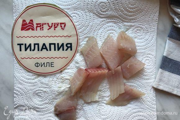 Рыбу ТМ «Магуро» нарежьте кусочками в 4 см.