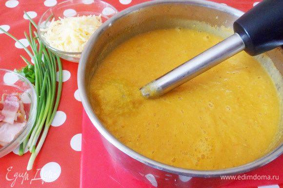 Для того, чтобы иметь возможность регулировать густоту супа, отберите некоторое количество бульона в отдельную чашку. Затем пюрируем суп блендером.