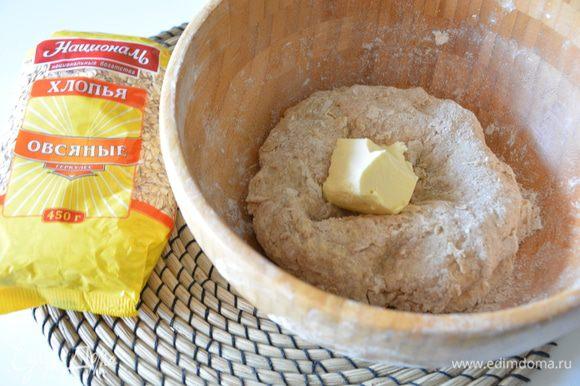 Собрать тесто в шар. Добавить размягченное сливочное масло. Замесить эластичное тесто. Месить 5-7 минут.