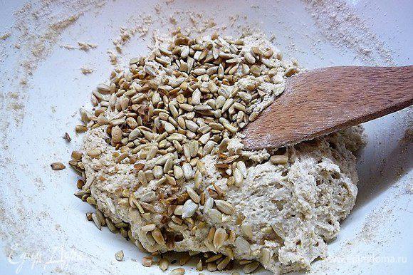 Добавляем обжаренные на сухой сковороде подсолнечные семечки, замешиваем тесто в чашке. Тесто будет липким, но муку досыпать не нужно, так как манная крупа возьмет в себя жидкость, и тесто станет эластичным.
