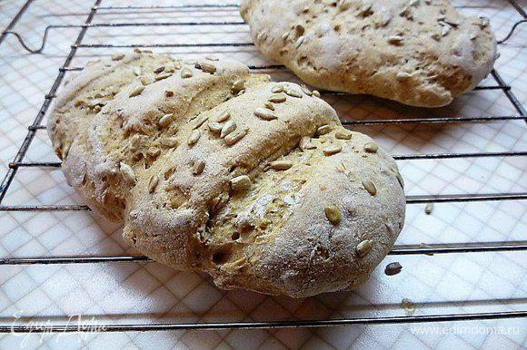 Духовку нагреваем до 200°С, на нижний уровень ставим металлическую емкость, наливаем в нее стакан горячей воды. Подошедший хлеб выпекаем на среднем уровне в течение 15 минут, затем емкость с водой убираем и выпекаем хлеб еще 20 минут. Готовый хлеб остужаем на решетке.