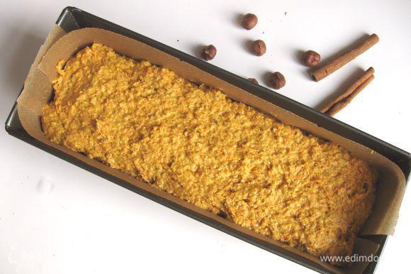 Застелить прямоугольную форму пекарской бумагой (дно и борта). Выложить массу в форму, поставить в духовку на 50-55 минут, уменьшив при этом температуру в духовке до 170°С. Если у вас духовка с конвекцией, то температура во время выпечки может быть ниже на 10°С. Через 40-45 минут после начала выпечки проверить готовность кекса с помощью тонкой деревянной палочки. Подержать кекс в выключенной духовке минут 5.