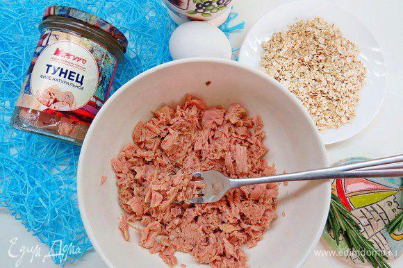 C тунца ТМ «Магуро» слить жидкость, положить в миску и немного размять вилкой.