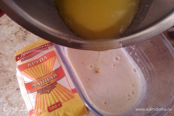 Далее влить растопленное сливочное масло и перемешать.