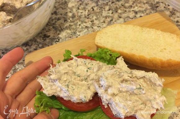 Собрать сендвич: багет, лист салата, помидор, мясной салат и накрыть второй половинкой багета.