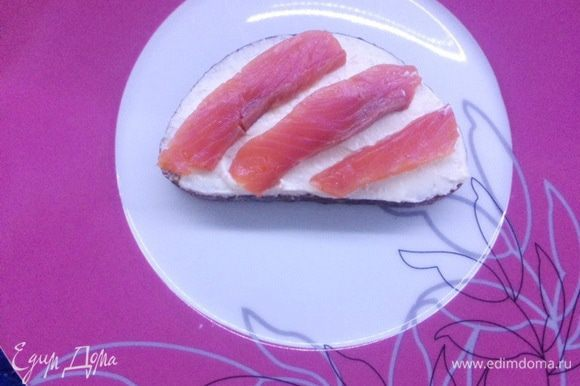 Далее укладываем ломтики красной рыбки.