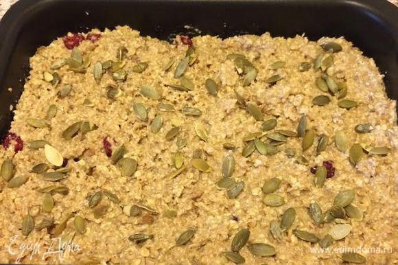 Форму (у меня 20*26 см) слегка смазать растительным маслом, выложить массу в форму, распределить и посыпать семечками.