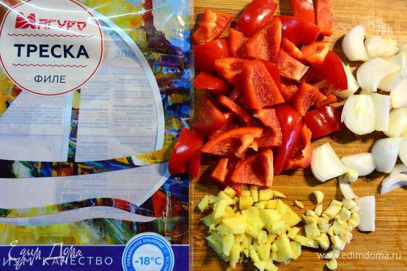 Приготовить овощи: крупно нарезать болгарский перец, белый лук нарезать вдоль, мелко нарезать корень имбиря и чеснок.