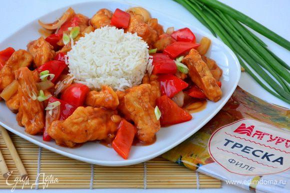 Посыпать зеленым луком и подавать с отварным рисом. Приятного аппетита! :)
