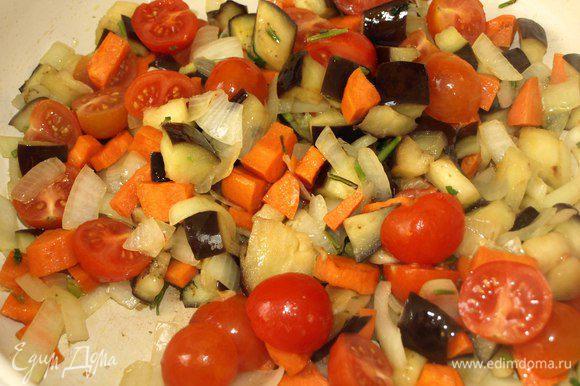 Баклажаны промыть от соли, отжать. Лук, морковь нарезаем произвольно, стебли петрушки порубить. Обжариваем в растительном масле 2-3 минуты. Добавляем баклажаны. Жарим до 3 минуты. Помидоры черри разрезаем пополам и добавляем к остальным овощам. Обжариваем все вместе минуты 2-3. Добавляем соль, перец по вкусу, винный уксус.