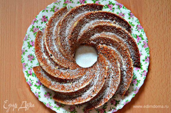 Готовому кексу дайте немного остыть в форме и затем выложите на блюдо, посыпав сахарной пудрой.