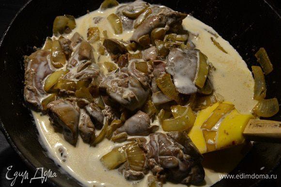 Добавить утиную печень (предварительно помыть), посолить, поперчить, перемешать. Жарить до полуготовности печени (примерно 4-5 минут).