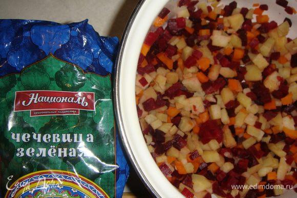 Заранее отваренные овощи почистить. Свеклу, морковь и картофель нарезать кубиками.