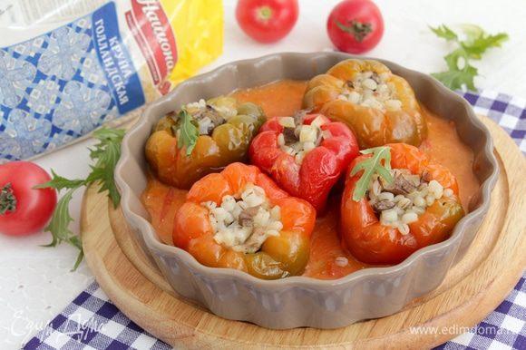 Выкладываем наши перцы, заливаем томатным соусом, доводим до кипения, убавляем огонь и томим под крышкой 30 минут.