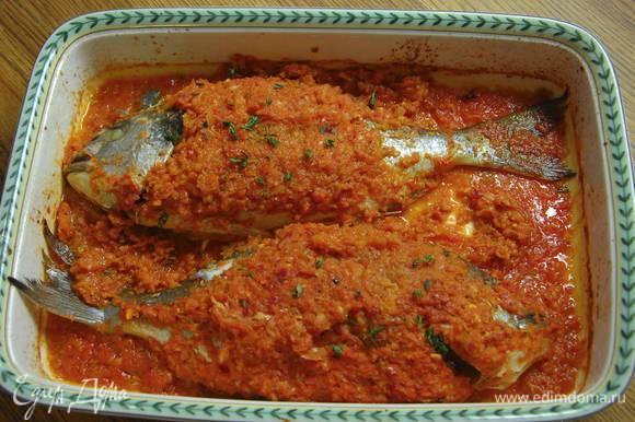Запекать рыбу в разогретой духовке 20‒30 минут в зависимости от размера рыбы.