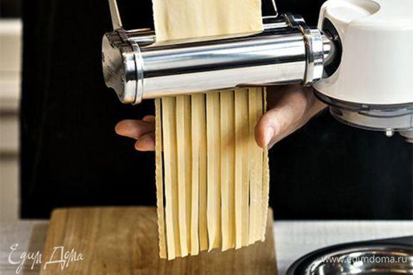 Если хотите получить не только вкусную, но и красивую, ровную пасту, доверьте процесс нарезки насадке для приготовления тальятелле. Готовую пасту припорошите мукой и разложите на рабочей поверхности так, чтобы она не слипалась и слегка подсохла. В большой кастрюле доведите воду до кипения, подсолите и добавьте 1 ст. л. оливкового масла. Выложите в кастрюлю тальятелле и варите 5–7 минут. Затем откиньте пасту на дуршлаг, переложите обратно в кастрюлю и, добавив еще немного оливкового масла, перемешайте, чтобы паста не слиплась, пока вы будете готовить соус.