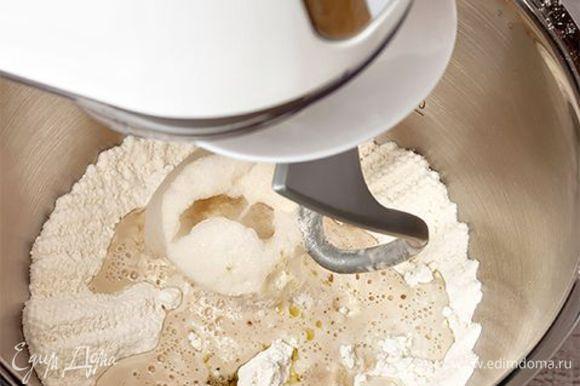 Приготовьте тесто. Важно, чтобы оно было однородное и гладкое. В этом вам поможет кухонная машина KENWOOD с насадкой крюк. Разведите дрожжи в теплой воде в чаше кухонной машины, мешайте с остальными ингредиентами для теста(кроме муки). Постепенно добавляя муку, вымесите тесто (это займет 7–8 минут). Скатайте тесто в шар, положите в миску, присыпьте мукой, накройте пищевой пленкой и уберите в теплое место на 40 минут.