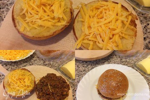 Затем обе половинки посыпать сыром, на одну выложить мясной соус, накрыть второй половинкой и отправить в духовку на 2-3 минутки.