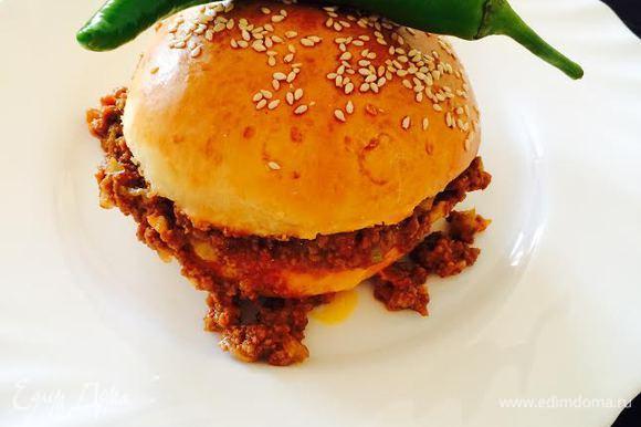 Наш сочный и ароматный бургер готов. Наслаждаемся! Приятного аппетита!