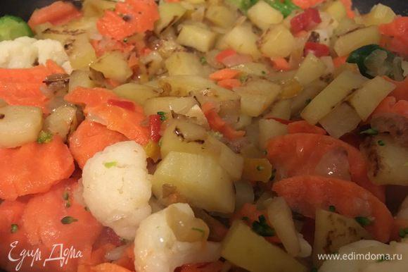 Нарезаем морковь, капусту брюссельскую, перец сладкий, капусту брокколи и капусту цветную. Перемешиваем и обжариваем минут 10 на медленном огне, постоянно помешивая.