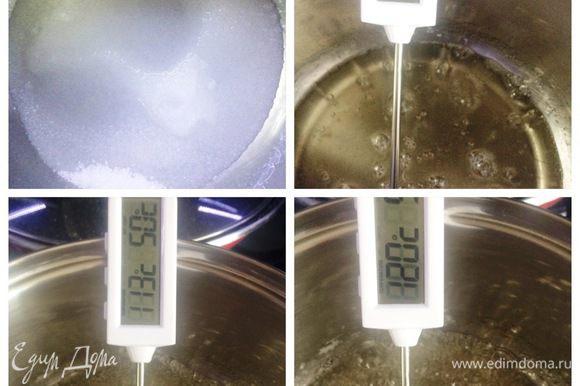 Займемся кремом. Сахар с водой в сотейнике ставим на плиту, доводим до кипения, растворяем сахар. Уменьшаем огонь и кипятим до 120°С.