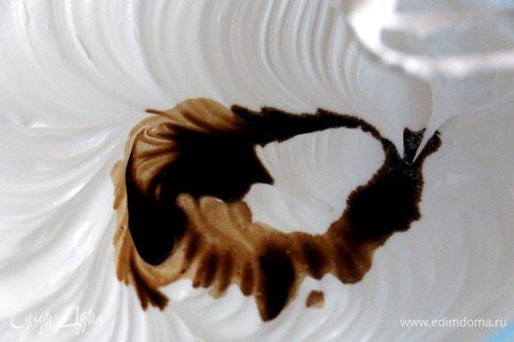 Добавьте чайную ложку винного уксуса. Если вы делаете без красителя, то лучше использовать белый уксус. При добавлении красителя цвет уксуса не имеет значения.