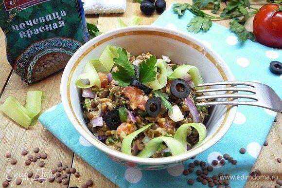 Раскладываем салат по порционным салатникам, украшаем оливками, полосками огурца и зеленью. Приятного аппетита!
