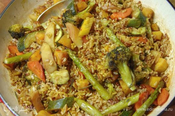 Когда рис будет практически готов, добавить запеченные овощи, все перемешать, влить 100‒150 мл бульона с шафраном и слегка прогреть под крышкой на небольшом огне, затем снять крышку и дать лишней жидкости выпариться.