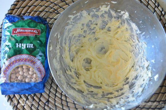 Размягченное сливочное масло взбить с сахарной пудрой добела.