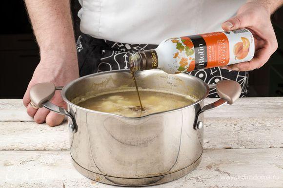 В процессе приготовления добавить в суп специи по вкусу и заправить тыквенным маслом Biolio.