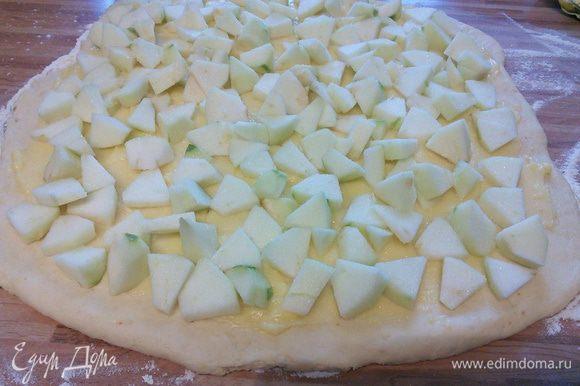 Выложить яблоки и посыпать 2-3 ст. л. сахара (зависит от сорта яблок).