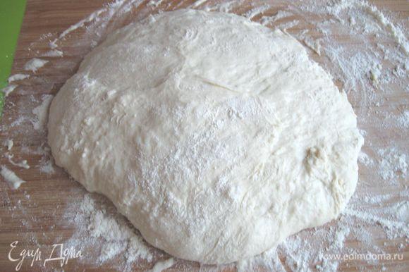 Сложить тесто несколько раз, прикрыть пленкой и оставить на 15 минут.